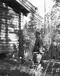 Карл Густав Маннергейм осматривает охотничий домик.jpg