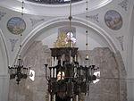 נברשת היכל התפילה, ברקע ניתן לראות את הקיר המקורי של בית הכנסת וציורים של מקומות קדושים..JPG