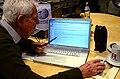 2014-12-11 Wolfgang Beermann beim offenen Bearbeiten im Wikipedia-Büro Hannover zeigt die IP-Sperre gegen Bernd Schwabe wg. Vandalismus.jpg
