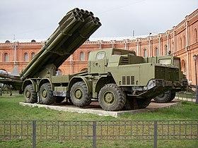 Un 9A52 sur un châssis de MAZ-543M en position de tir, exposé au musée de l'artillerie de Saint-Pétersbourg.