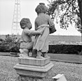 Achterzijde beeldengroep van twee kinderfiguurtjes bij hoek voorgevel - Ridderkerk - 20037332 - RCE.jpg