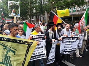 Neturei Karta - Members of Neturei Karta at the Quds Day-protests in Berlin 2014
