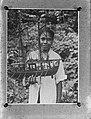 Ambon. Meisje met scheepsmodel gemaakt van kruidnagelen, Bestanddeelnr 901-5480.jpg