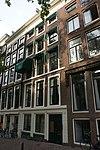 foto van Pand met gevel onder rechte lijst met vensteromlijstingen en gelaagde onderpui voor een ouder huis