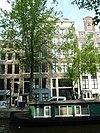 foto van Pand waarin twee huizen achter gezamenlijke gevel onder triglyfenlijst en fronton