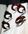 Anelli in ambra con busti acconciati secondo la moda del I o II secolo dc. 01.jpg