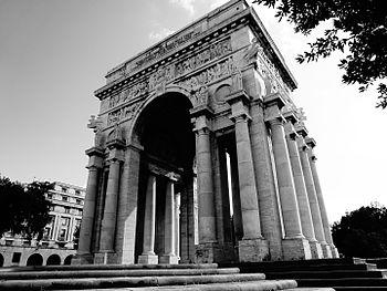 Arco della Vittoria, lato nord BN.JPG