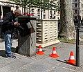 Artisan réparant la carte électronique d'une borne d'accès à un parking souterrain, Boulevard Deruelle (Lyon) en mai 2019.jpg