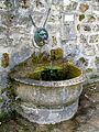 Asnières-sur-Oise, fontaine à l'entrée du parc de Touteville.jpg