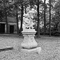 Beeldengroep van twee kinderfiguurtjes bij hoek voorgevel - Ridderkerk - 20037333 - RCE.jpg