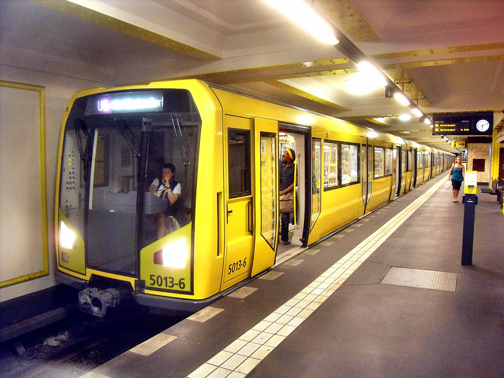 File:Berlin- U-Bahn-Station Kochstraße- auf Bahnsteig zu ...