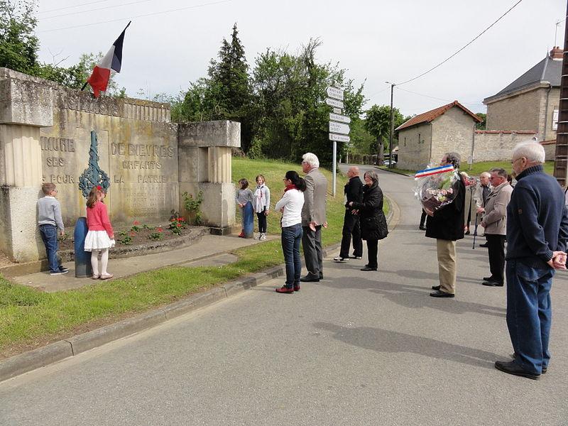 Bièvres (Aisne) Cérémonie commémorative 70e, 8 mai 2015. Receuillement devant le monument