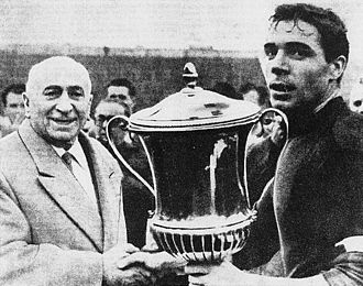 Mitropa Cup - The president and the captain of Bologna, Renato Dall'Ara (left) and Mirko Pavinato (right), with the trophy of the 1961 season.