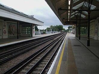 Boston Manor tube station - Image: Boston Manor stn look west