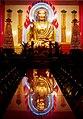 Buddhastatue im Tempelinneren - panoramio.jpg