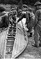 Budowa mostu pontonowego z gotowych elementów przez żołnierzy z 1. Samodzielnej Brygady Spadochronowej w Wielkiej Brytanii (21-99-1).jpg