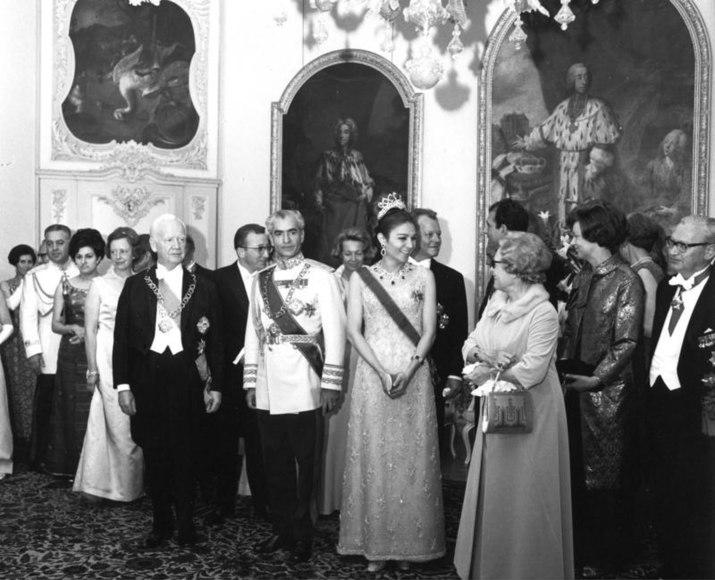 File:Bundesarchiv B 145 Bild-F024827-0005, Schloß Brühl, Staatsempfang für Kaiser von Iran.jpg