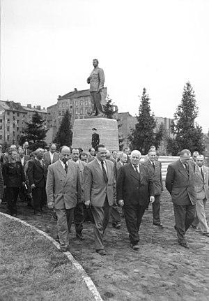Stalin Statue (Berlin) - Image: Bundesarchiv Bild 183 11500 0375, Berlin, Stalindenkmal, Enthüllung