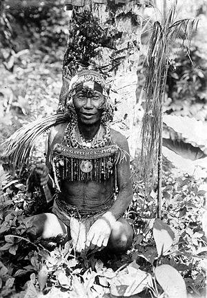 Sakuddei - Image: COLLECTIE TROPENMUSEUM Een medicijnman van Sabiroet Mentawai eilanden T Mnr 10006664