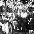 COLLECTIE TROPENMUSEUM Kisar dansers met een grote en kleine bekertrom op Kisar een van de Zuidwester-eilanden TMnr 10003485.jpg