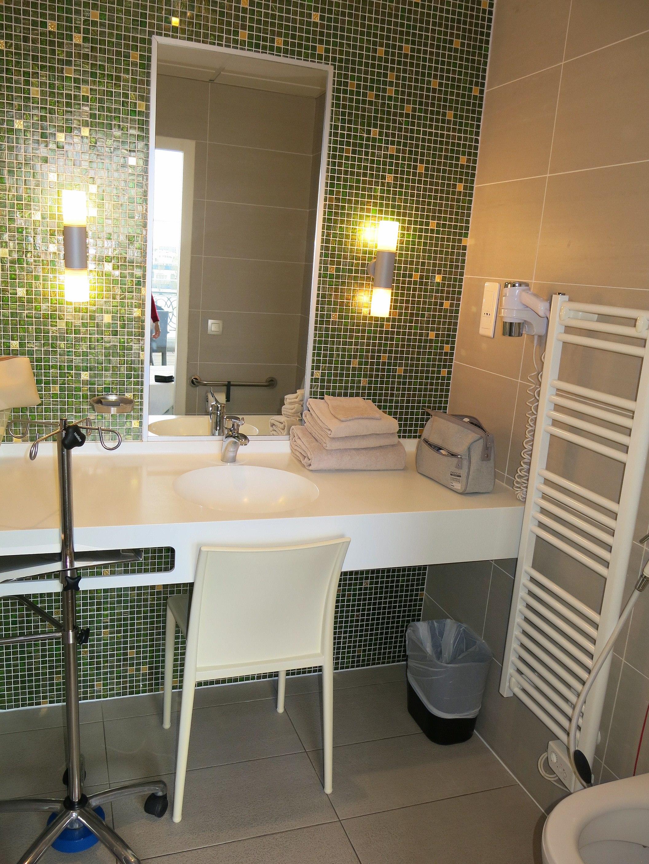 File:Cabinet de toilette de chambre de l\'hôpital américain.jpg ...