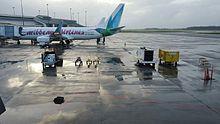 Боинг 737-800 Caribbean Airlines с дальностью полета наземного оборудования аэропорта