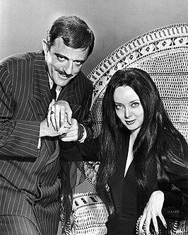 Carolyn Jones (rechts) als Morticia Addams (1964).