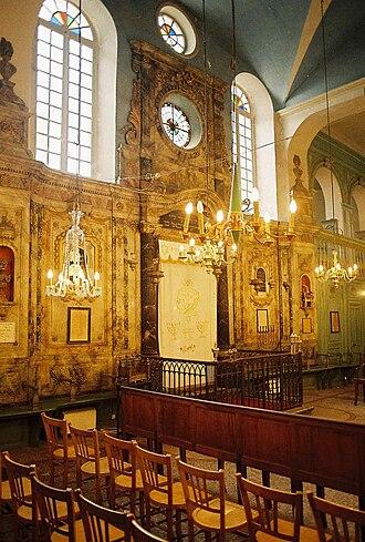 Parochet - Image: Carpentras synagogue 03