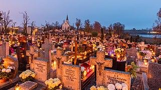 Celebración de Todos los Santos, cementerio de la Santa Cruz, Gniezno, Polonia, 2017-11-01, DD 01-03 HDR.jpg