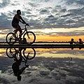 Ciclista passeando na Orla do Guaiba durante o final da tarde, por Otávio Astor.jpg