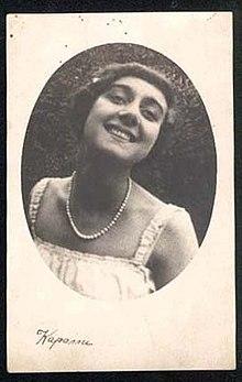 Circa 1910-1915 fotografía publicitaria de la bailarina y actriz de ballet expatriada rusa Vera Karalli.jpg