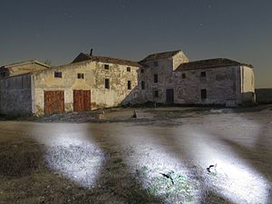 Cortijo - Night view of the abandoned Cortijos de Platero, in the municipality of Jaén.