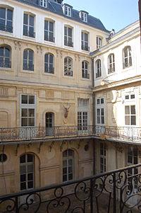 Cour des Cerfs - Château de Versailles.JPG