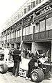 De Pits voor de start van de Grand Prix. Geschonken in 1986 door United Photos de Boer. Identificatienummer 54-005205, NL-HlmNHA 1478 25900 K 38.JPG
