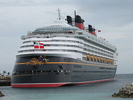 De Disney Wonder in de haven van Castaway Cay.