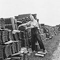 Drooglegging van de Wieringermeerpolder Man bij stapels bakstenen, Bestanddeelnr 900-8324.jpg