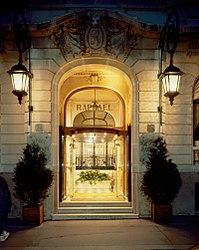 Entrée Hôtel Raphael.jpg