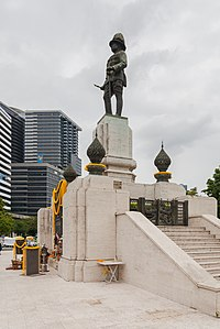 Estatua de Rama VI, Parque Lumphini, Bangkok, Tailandia, 2013-08-22, DD 01.jpg
