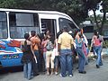 Estudiantes tomando el Bus para Porlamar en la Universidad de Oriente en Nueva Esparta.JPG