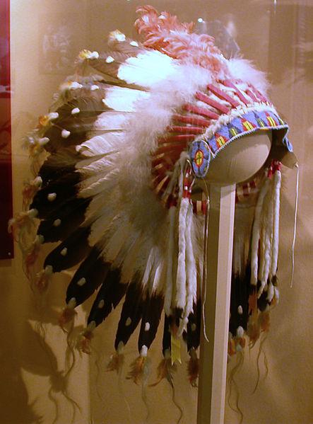 Archivo: Federschmuck - tocado de plumas - Sioux.jpg
