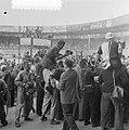 Finish Parijs. Fotografen en journalisten omstuwen winnaar Fausto Coppi, Bestanddeelnr 905-2274.jpg