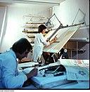 Dessin technique réalisé sur une table à dessin spécialement conçue pour faciliter ce type d'activité / CC BY-SA 3.0 Eugen Nosko - Deutsche Fotothek via Wikimedia Commons