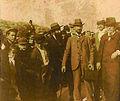 Frédéric Mistral, en compagnie de Pèire Devoluy et de Marius Jouveau, devant les Arènes de Béziers le 25 mai 1902..jpg