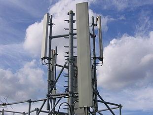 Una stazione radio base (BTS) GSM posizionata su un tetto