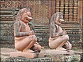 Gardiens du temple (Banteay Srei, Angkor) (6883239929).jpg