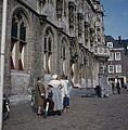 Gedeelte van de voorgevel van de begane grond met mensen op de voorgrond - Middelburg - 20383192 - RCE.jpg