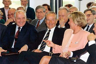 Bertelsmann Stiftung - Mikhail Gorbachev, Reinhard Mohn and Liz Mohn in the foyer of the Bertelsmann Stiftung (1992)