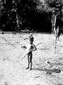 Gosse med krabba och sockerrör. Publ, jämför bild 100 i Nordenskiöld, Indianerna på Panamanäset - SMVK - 004024.tif