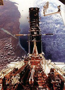 L'Hubble agganciato allo Shuttle per manutenzione