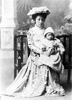 He Xiangning - He Xiangning in 1909, holding her son Liao Chengzhi